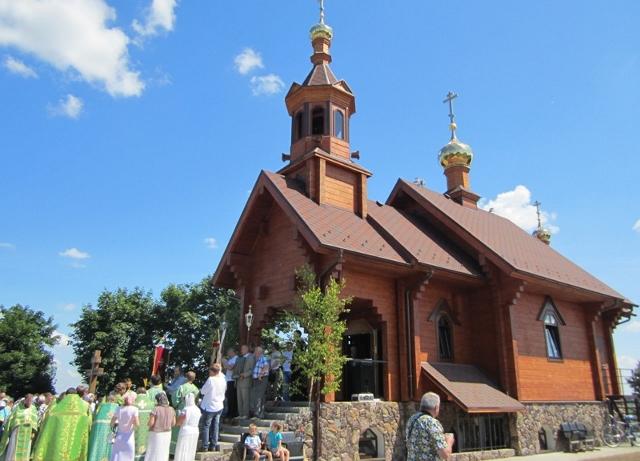 Церковь Камень - деревенский разноцветный