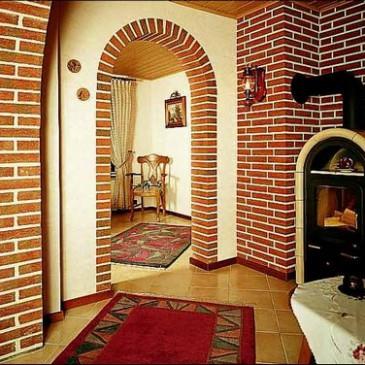 Отделка декоративным камнем прихожей с коридором
