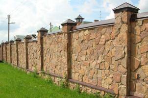Как возвести забор из натурального и искусственного камня